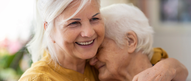 Foto: Zwei ältere Frauen umarmen sich